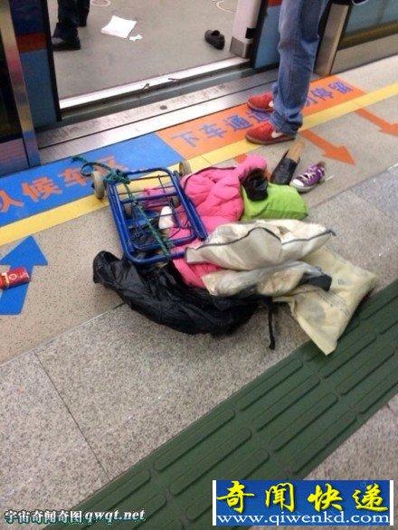 广州两少年地铁内喷防狼剂致踩踏:4人伤(现场组图)